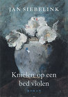 Knielen op een bed violen