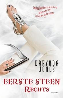 Eerste Steen Rechts – Darynda Jones
